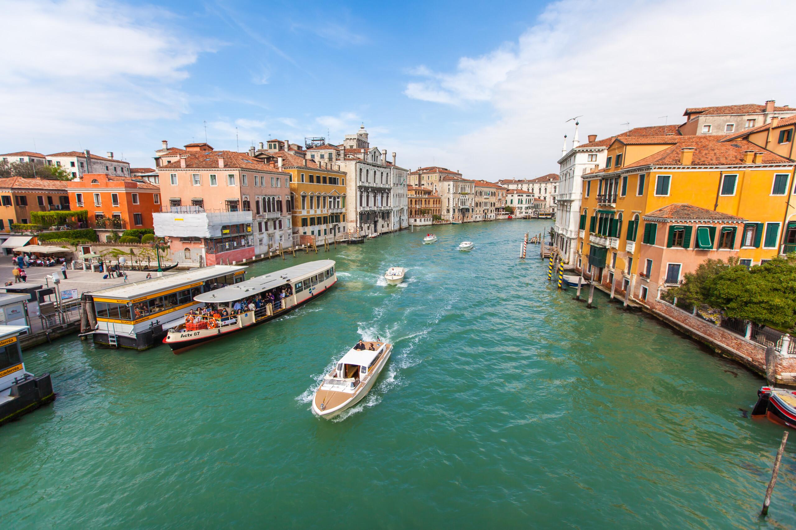 威尼斯大运河上的水上交通